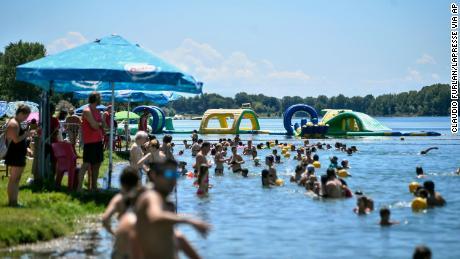 In Italien normalisieren sich die Dinge wieder.  Am 12. Juli schwimmen die Menschen in einem künstlichen See in Mailand.