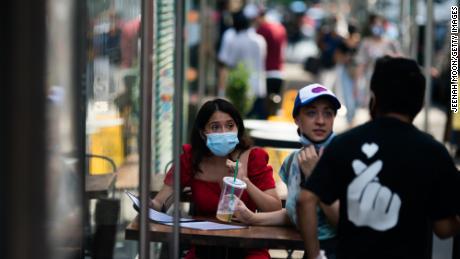 Die Länder verschärfen ihre Regeln für Gesichtsmasken.  Bald müssen Sie möglicherweise auch eine im Freien tragen