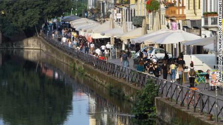 Mailand im Mai.  Die Menschen in Italien gehen in Restaurants zum Abendessen und genießen die Sommertradition eines Aperitifs auf einem örtlichen Platz oder in einer Bar.