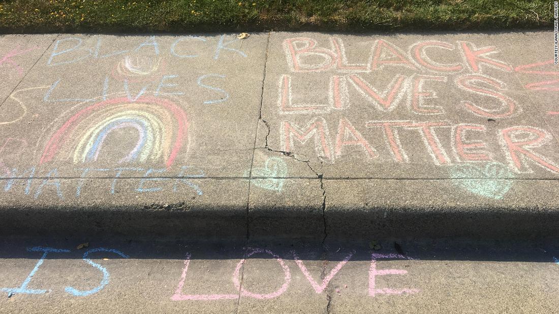 """Nachdem ein weißer Mann wiederholt die Kreidezeichnung """"Black Lives Matter"""" des Mädchens vor ihrem Haus gelöscht hatte, traten Nachbarn ein, um Unterstützung zu zeigen"""
