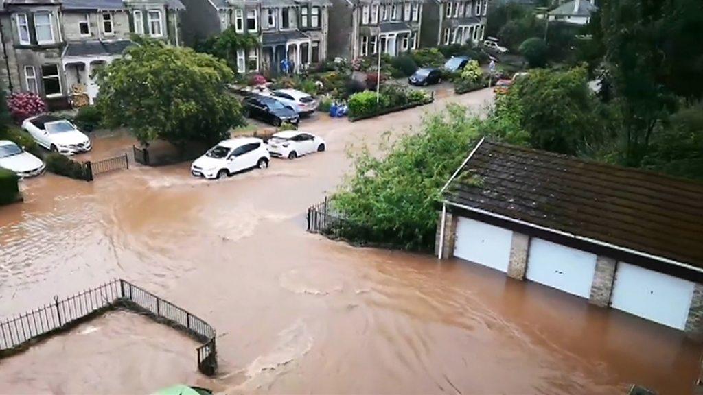 Gewitter bringen Überschwemmungen und Störungen