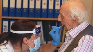Ein Bewohner eines Pflegeheims wird auf Coronavirus getestet