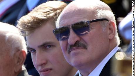 Der belarussische Präsident Alexander Lukaschenko mit seinem Sohn Nikolai (links) während der Militärparade am Tag des Sieges am 24. Juni in Moskau.