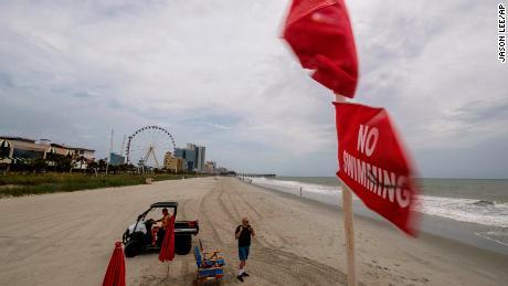 Am Montag, dem 3. August 2020, wehen keine Schwimmfahnen über einem Rettungsschwimmerstand in der Innenstadt von Myrtle Beach, South Carolina.