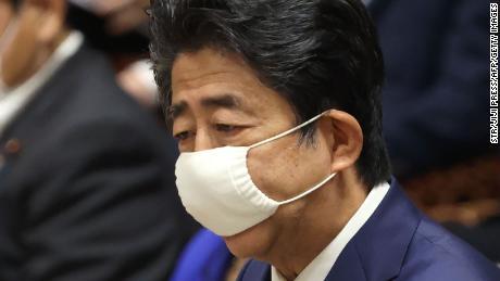 Japans Premierminister Shinzo Abe, der angesichts der Besorgnis über die Ausbreitung des Coronavirus eine Gesichtsmaske trägt, spricht während einer Sitzung des Haushaltsausschusses im Unterhaus des Parlaments in Tokio am 10. Juni 2020.
