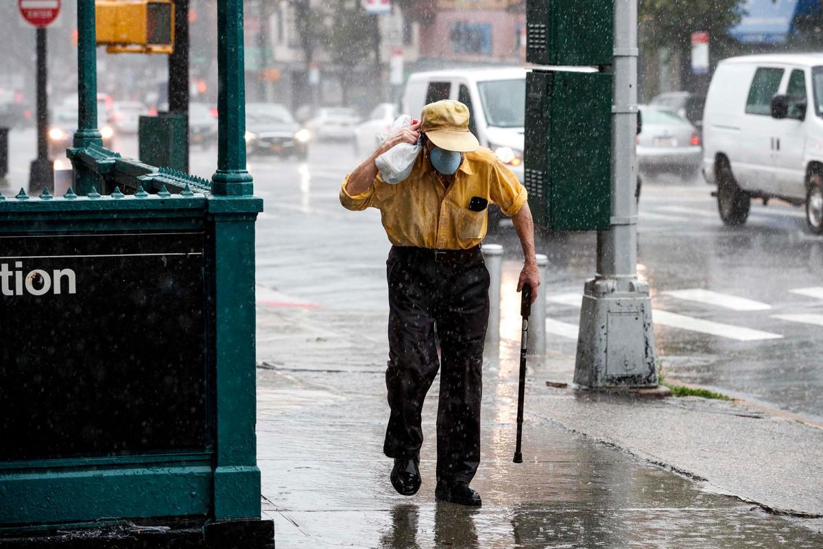 Starke Winde schlagen NYC, während Isaias weiter tobt