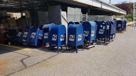 Die legendären USPS-Sammelboxen für blaue Briefe, die ein Gewerkschaftsvertreter CNN mitteilt, waren aus den Straßen von New York entfernt worden.