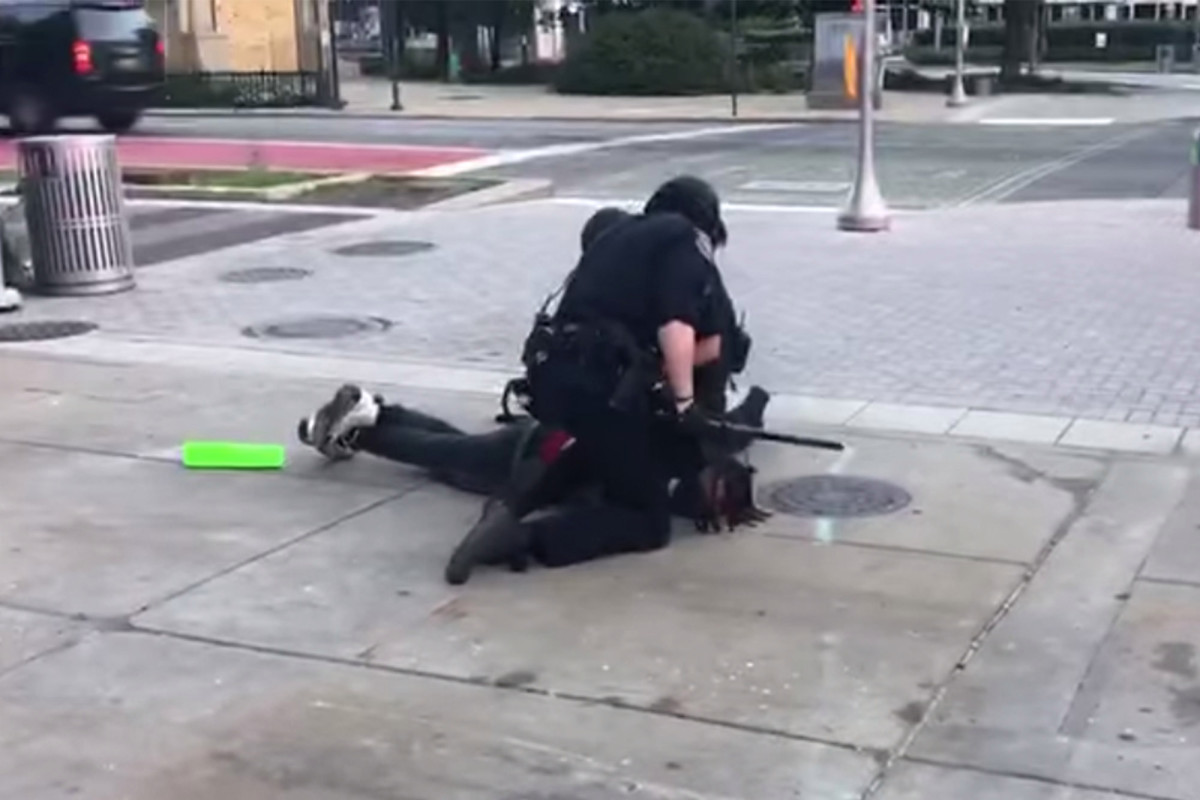 Zwei Polizisten aus Indianapolis werden wegen gewaltsamer Verhaftung von Demonstranten angeklagt